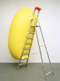 Ot_gelbe_skulptur_passend_zu_leiter